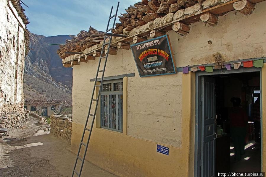 Ресторан практически на входе, напротив высокая стена старого города.