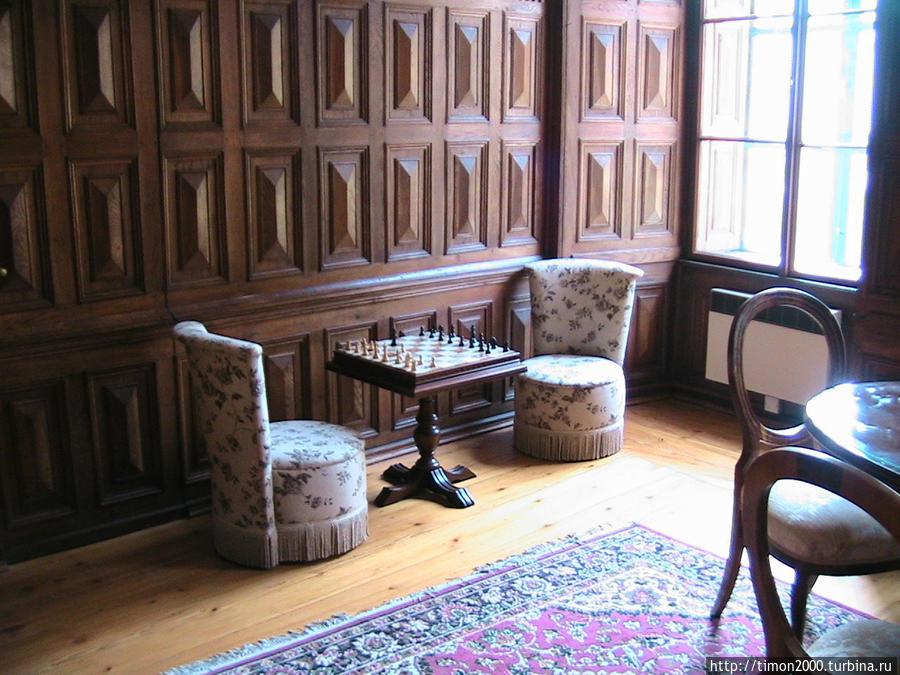 Шахматный столик в библиотеке
