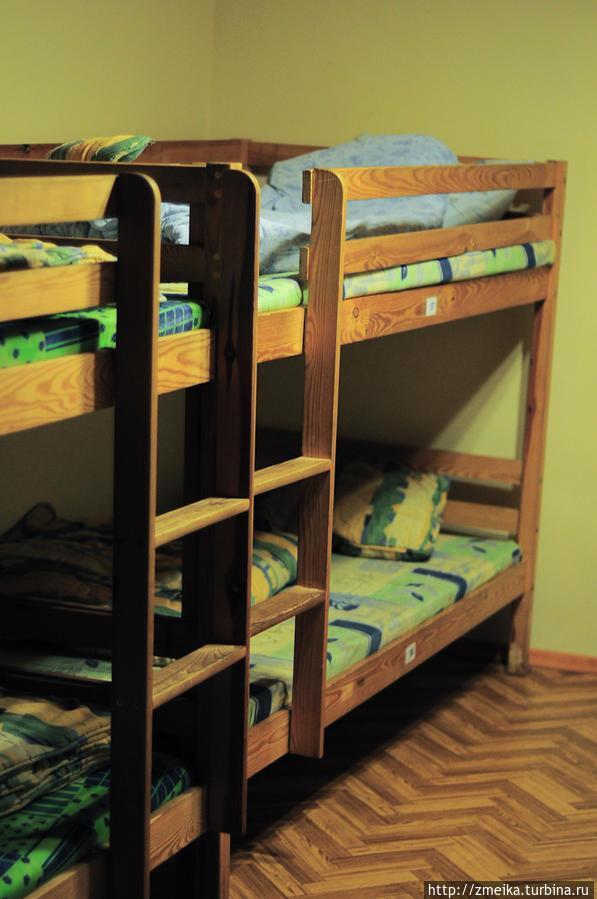 Кровати в комнате