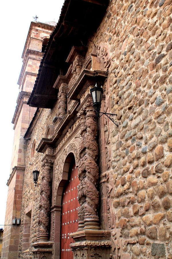 Фасадом храма полюбоваться неоткуда — улицы тесные