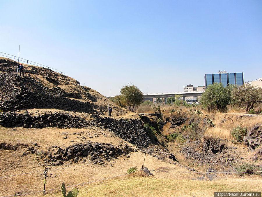 Вся конструкция находится непосредственно за кольцевой дорогой города Мехико.
