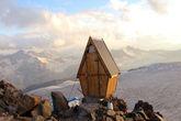 Такая у нас была уборная в приюте Бочки. На краю обрыва! Высота 3800 м.