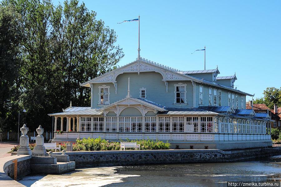 Прекрасный Курзал Хаапсалу! Деревянный, резной и воздушный, он был спроектирован в 1897 году. http://www.haapsalukuursaal.ee/Rus_1_6.htm
