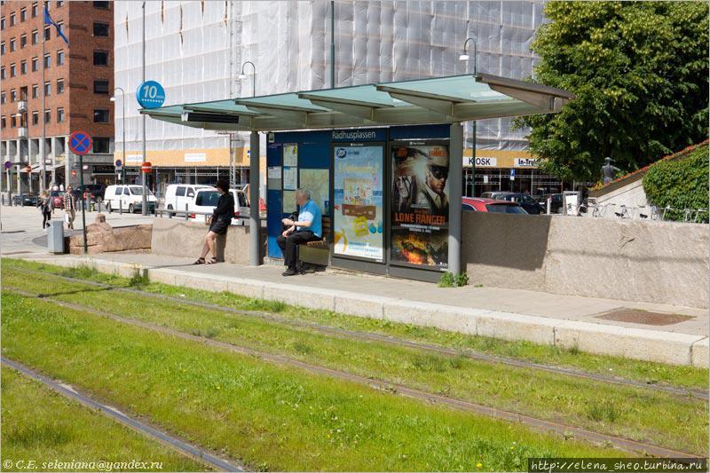 3. Трамвайные остановки оборудованы лучше — и посидеть можно, и крыша над головой есть. Это остановка возле Ратушной площади. Вот только тут нет автомата по продаже билетов. Их вообще встречается мало.