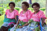 Женщины деревни Муайра в современных праздничных нарядах