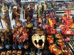 Сувениры в магазине, расположенном недалеко от Археологической Зоны.