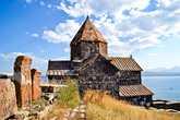 Поднялись к Севанованку, возвышающемуся над водными просторами. В конце VIII века, на острове Севан обосновалось несколько монахов, которые построили на нем часовню и несколько келий при ней. Со временем количество монахов увеличилось и началось строительство монастыря. На тот момент, место было стратегически выгодным, остров окруженный водой и монастырь, больше походивший на крепость, не раз давал отпор врагам. В XVI веки крепостные стены были разрушены, но монастырь продолжал существовать. С приходом же советской власти, монастырь был покинут монахами, а с обмельчанием озера Севан, остров на котором расположен монастырь превратился в полуостров.