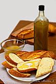 Хозяин фабрики рассказал нам рецепт простейшего, но вкусного блюда: берете свежеиспеченный белый хлеб (свежий — это важно!), поливаете маслом и добавляете чуть-чуть соли. В общем, словами не описать как вкусно.