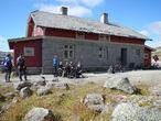 Полустанок Fagernut. Когда-то самая высокая часть Бергенсбаны. 1304 м. Сейчас самая высокая станция — Финсе (1222 м). Летом в бывшем доме путевого обходчика работает кафе.