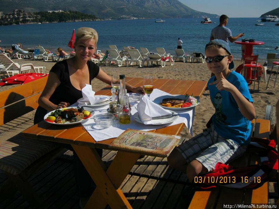 У ресторана есть столики вдоль пляжа