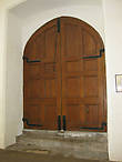 Переход из церкви в колледж был за этой дверью