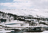 И неожиданно появился снег. Я не особо следил за перепадом высот, но как оказалось мы проезжали какой-то горнолыжный курорт, всё как положено — подъемники, ратраки, склоны, правда людей не было.