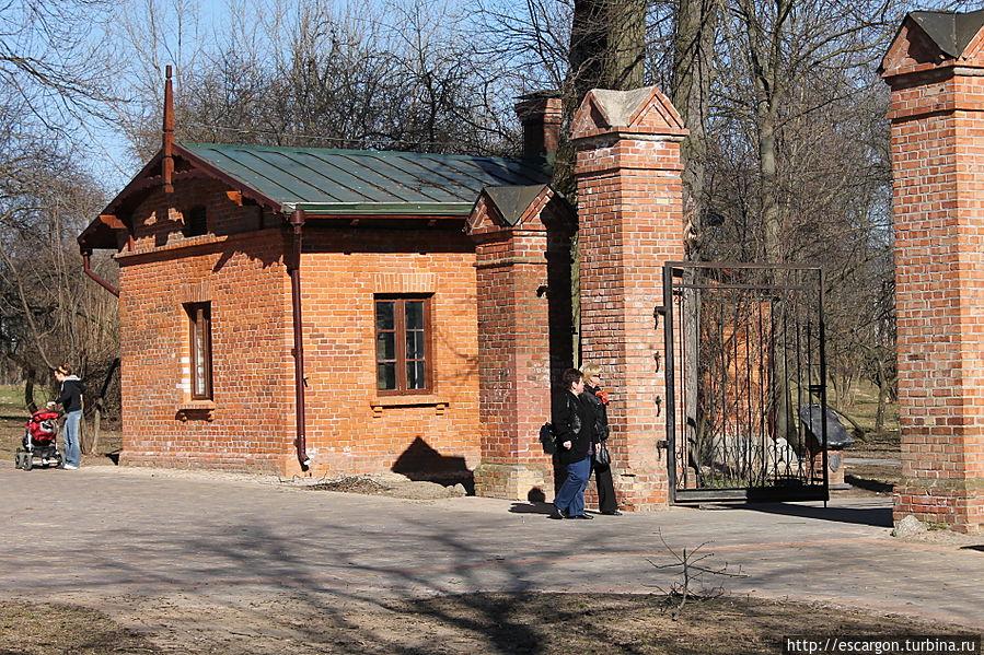 На входе в усадьбу можно найти старые башенки ворот и домик странника(садовника) времен 19- начала 20 века..