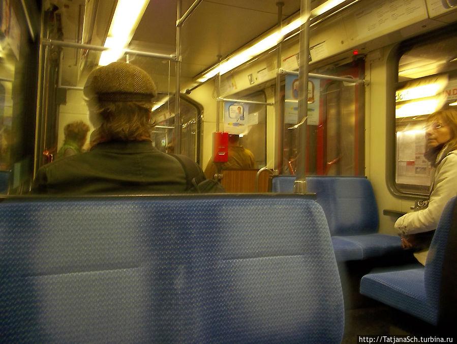 компостер, отпечатывающий на билете дату и время, в вагоне метротрамвая