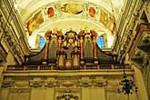 Собор имеет 11 алтарей, 5 органов и множество колоколов, старейшие отлиты в XVI—XVII вв. Главный орган (1703 г.), заменён в 1988 г. на новый, произведённый в Швейцарии.