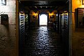 Вход в подвал, где была темница для сбежавших и наказанных рабов. Беглых возвращали и оставляли в камерах без еды, воды и медицинской помощи — по сути, умирать