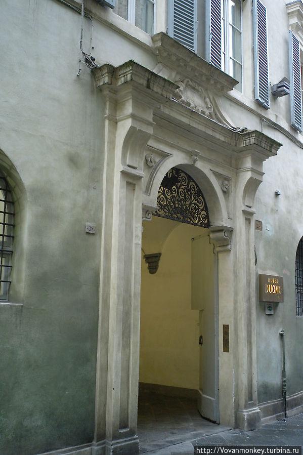 На улице Stalloreggi надо искать вот такую арочку, а в ней уже вход в зальчик с ресепшионом.