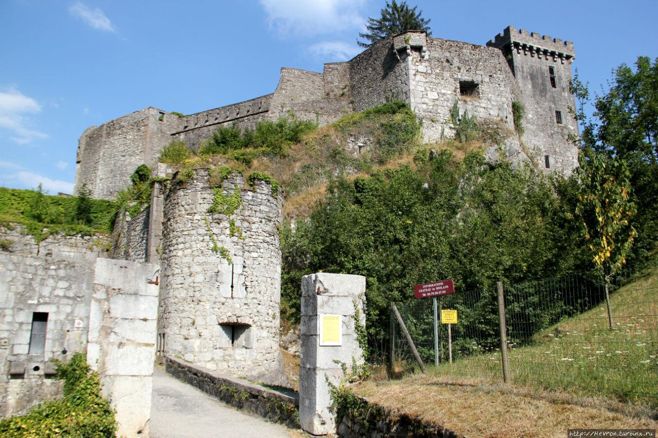 Крайняя правая башня — это первая постройка