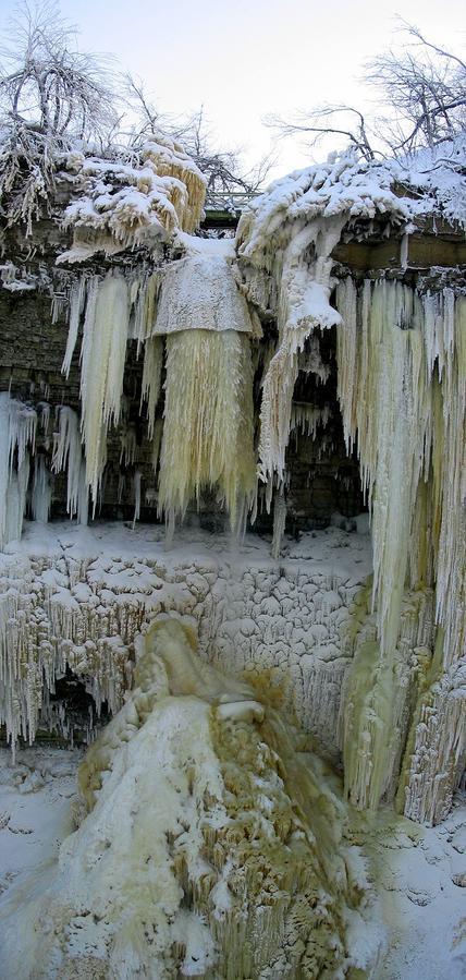 Водопад Валасте другой зимой. Вертикальная панорама