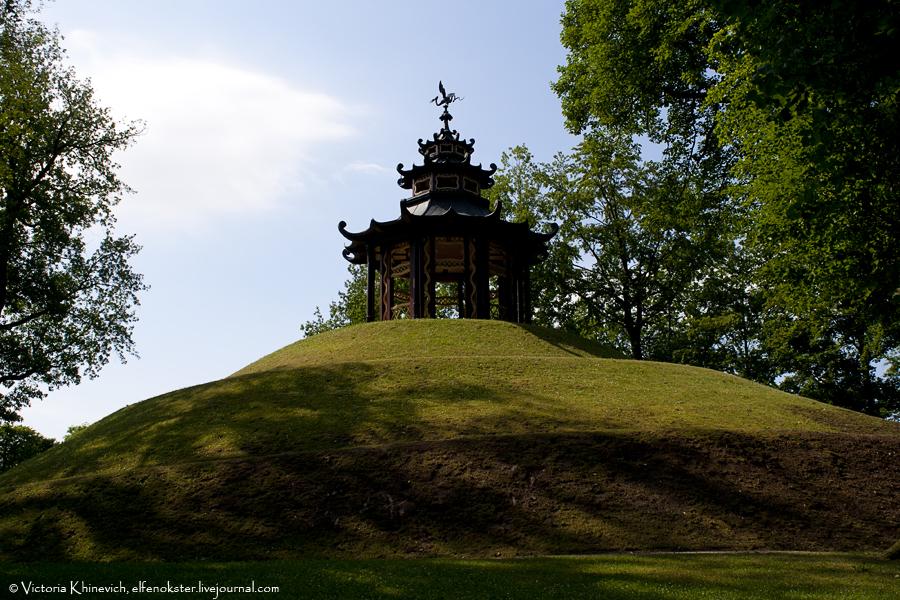 Китайская пагода. Чтобы к ней подняться, нужно идти по спирали вокруг холма. Забавное занятие=)