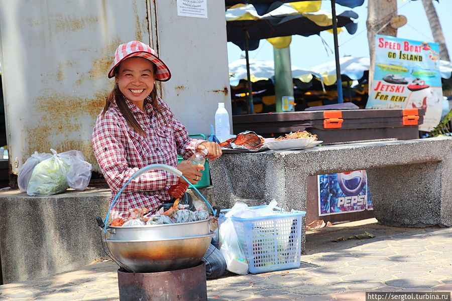 Общепит на пляже. Продают креветок и рыбу, жареные на гриле. Очень вкусно и безопасно. Все по 100 рублей.