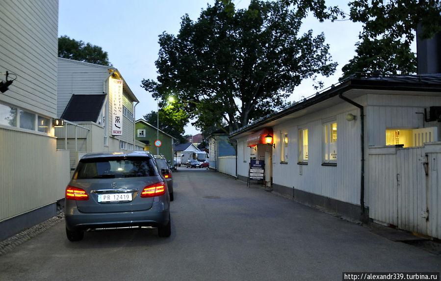 Фонарь и информационный щит (справа) находятся у двери ресторана.