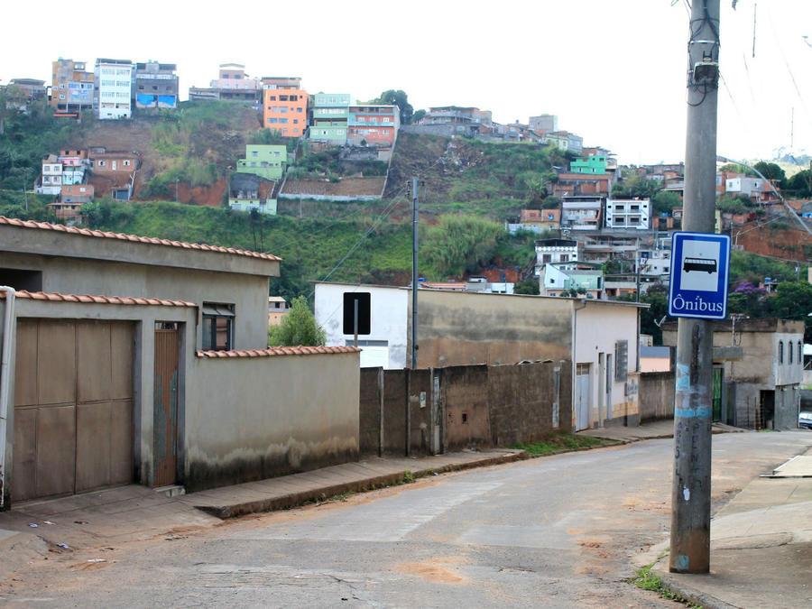 Путь на вершину проходит по таким вот улицам, изредка туда поднимаются и автобусы, но реальной необходимости в них нет