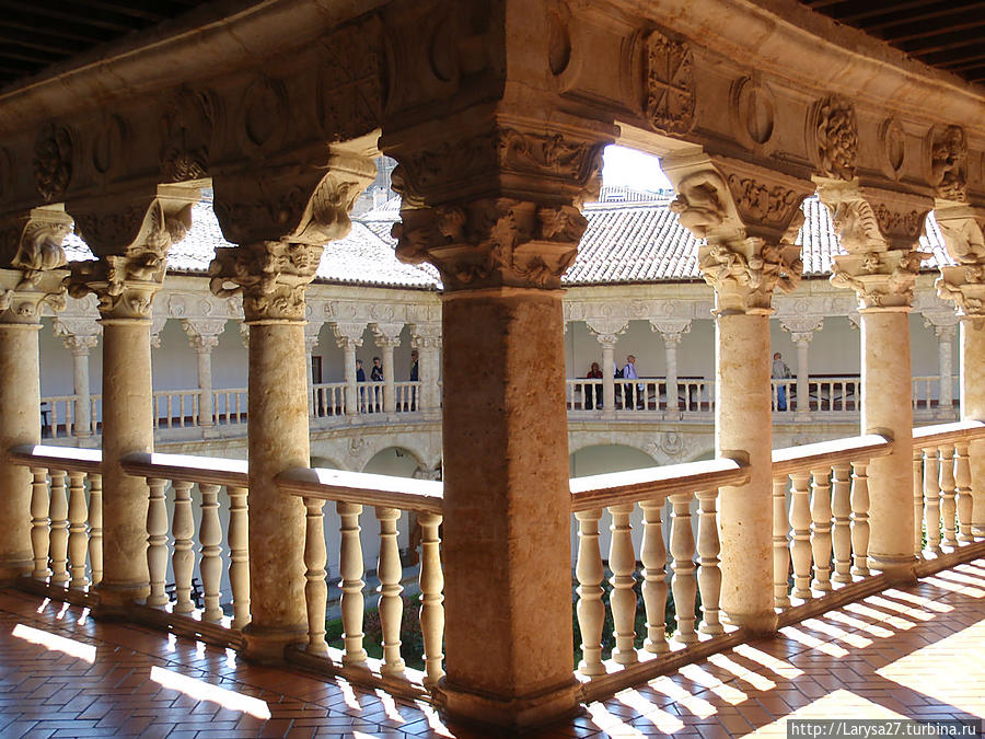 Верхняя галерея — самое загадочное место! Здесь нет арок, но капители колон такие объёмные от сидящих на них каменных фигур, что они как бы создают арки. А фигуры — необычные, своеобразные, не похожие ни на что, единственные в своём роде! Ничего подобного нет ни только ни в одном монастыре Испании, но и нигде в Европе. Саламанка, Испания