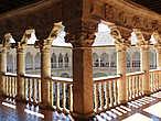 Верхняя галерея — самое загадочное место! Здесь нет арок, но капители колон такие объёмные от сидящих на них каменных фигур, что они как бы создают арки. А фигуры — необычные, своеобразные, не похожие ни на что, единственные в своём роде! Ничего подобного нет ни только ни в одном монастыре Испании, но и нигде в Европе.