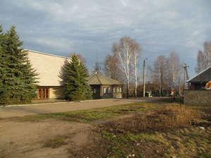 Вот здесь  мы  видим  слева  современное  здание  музей С.М.Кирову, и  правее  его  дом,  их  горница  на переднем  плане  окна  с  левого  угла,  в  другой  половине, жили  квартиранты.