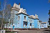 Поводом для постройки дворца стало рождение пятого ребенка в семье Александра Ивановича Куриса, и необходимостью расширения жилплощади. Строительство было завершено в 1905 году.
