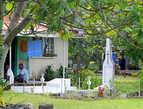 У многих фиджийцев захоронения их предков находятся прямо у порога дома