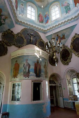Необычный второй алтарь в центральной части церкви