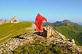 Местные любители истории, накануне 9 мая установили на вершине красный флаг, в память о проходивших в этих местах сражениях. Доброе дело сделали, хранят память о защитниках Кавказа.
