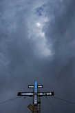 Крест обращен в небо. Люди не могут найти выхода на земле, поэтому ищут помощи у Бога.