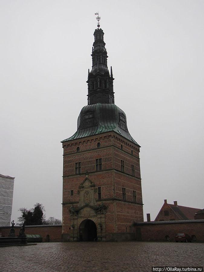Ворота замка — центральный вход  на площадь с фонтаном. Хиллерёд, Дания