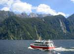 По фьорду курсирую разные туристические суда