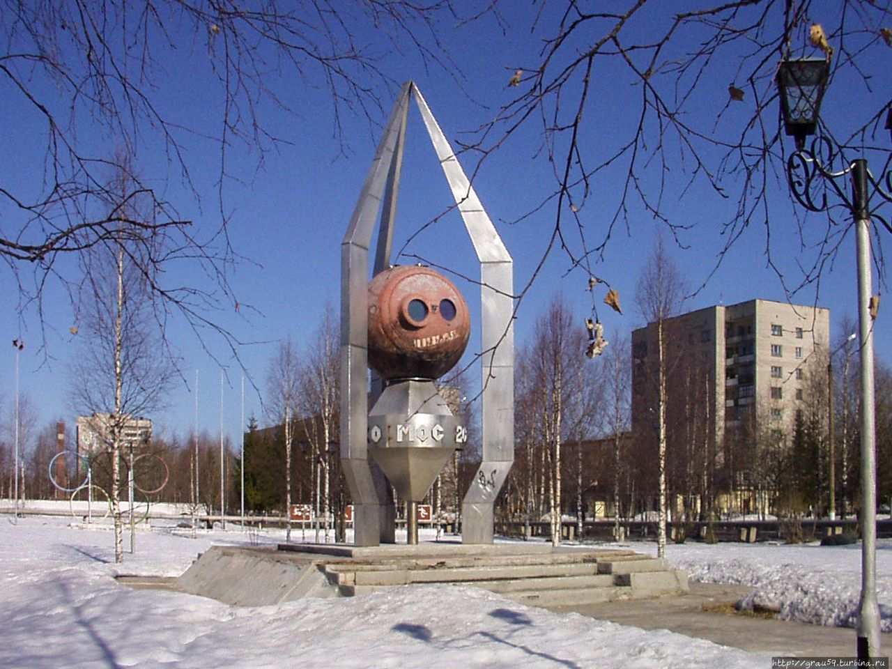 Памятник КА «Космос-2000»