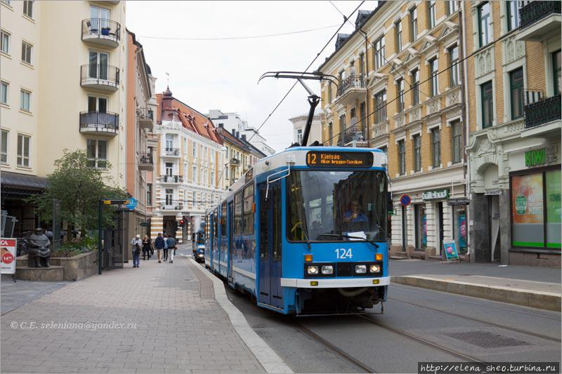 Улица Frognerveien в Осло, в районе Frogner, с идущим трамваем номер 12. Его-то я и снимала, а справа попал в кадр кусок KIWI.