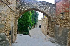 В сочетании с покрытыми растительностью стенами домов это смотрится интересно, как будто леса проникают в древний каменный город, ведущий свои истоки еще в бронзовом веке