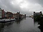на мосту, слева Старый Гданьск, слева пустырь на острове...