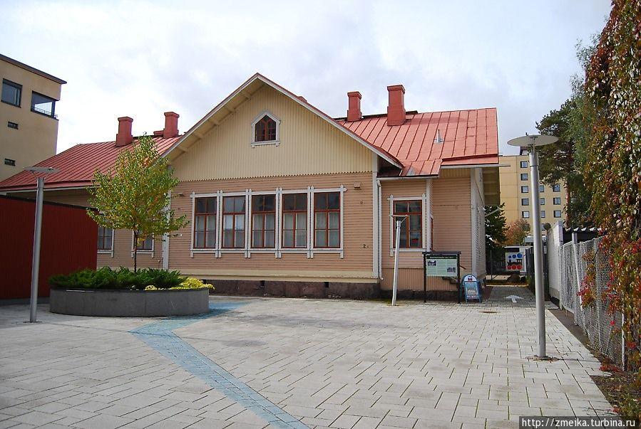 Во дворике — здание музея
