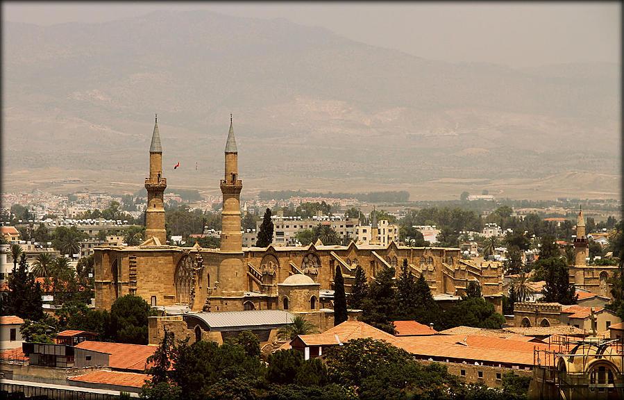 Вид на мечеть со смотровой площадки южной Никосии. Никосия (турецкий сектор), Турецкая Республика Северного Кипра