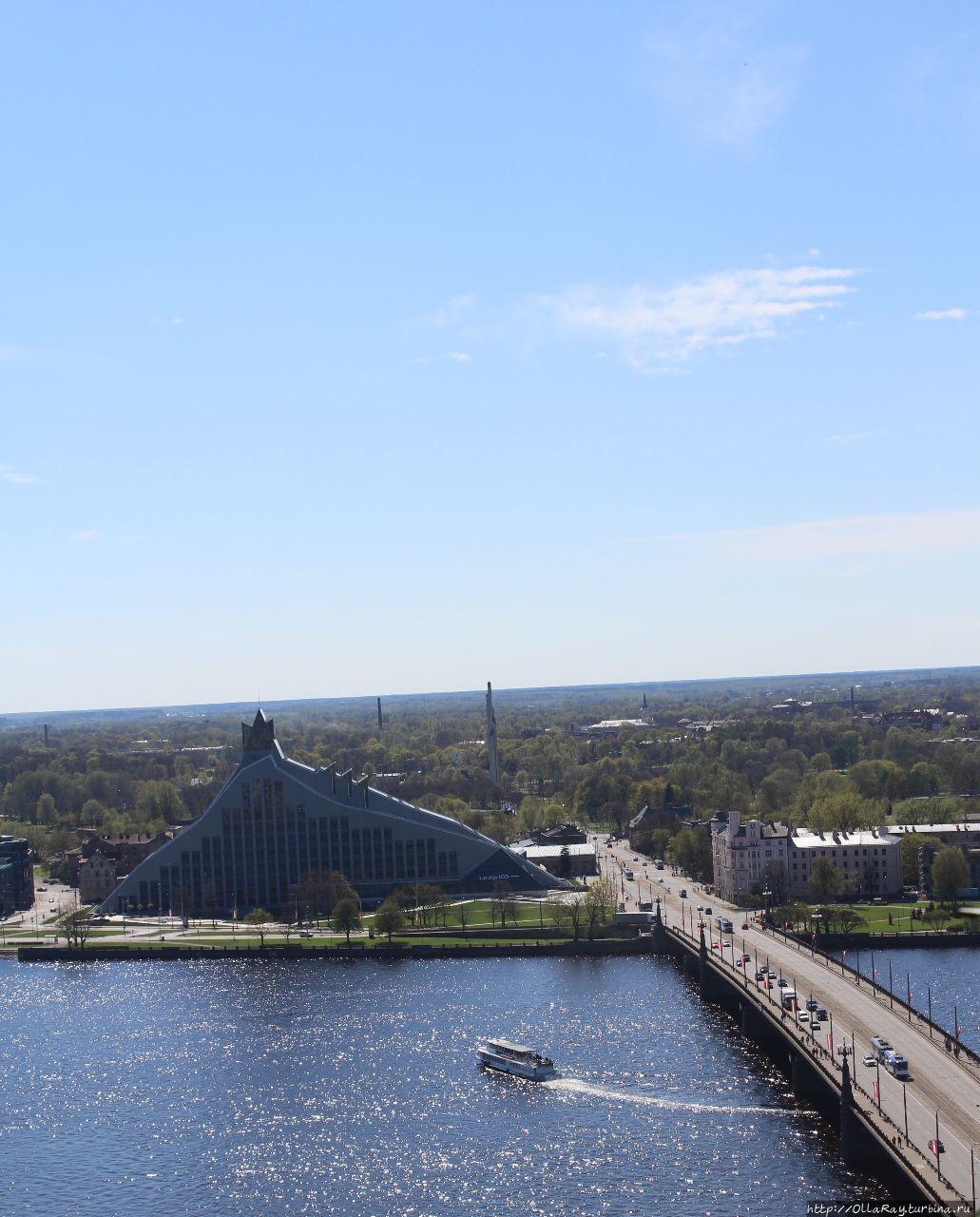 Вид на здание Латвийской Национальной библиотеки (Замок Света) и автомобильный мост через Даугаву (Западную Двину). Рига, Латвия