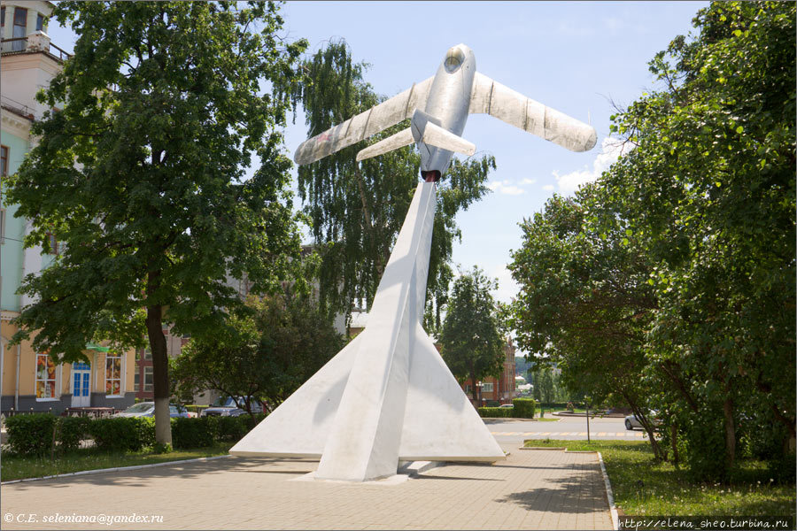 30.Памятник самолёту-истр
