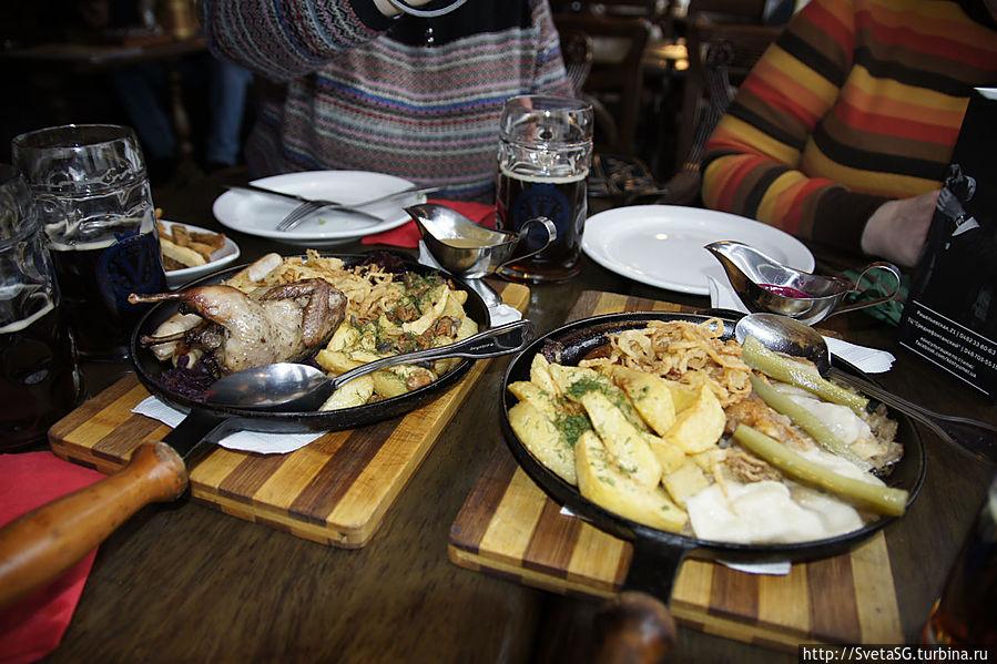 А это наш прощальный обед. Бычков не было — взяли две сковородочки. На четверых как раз.