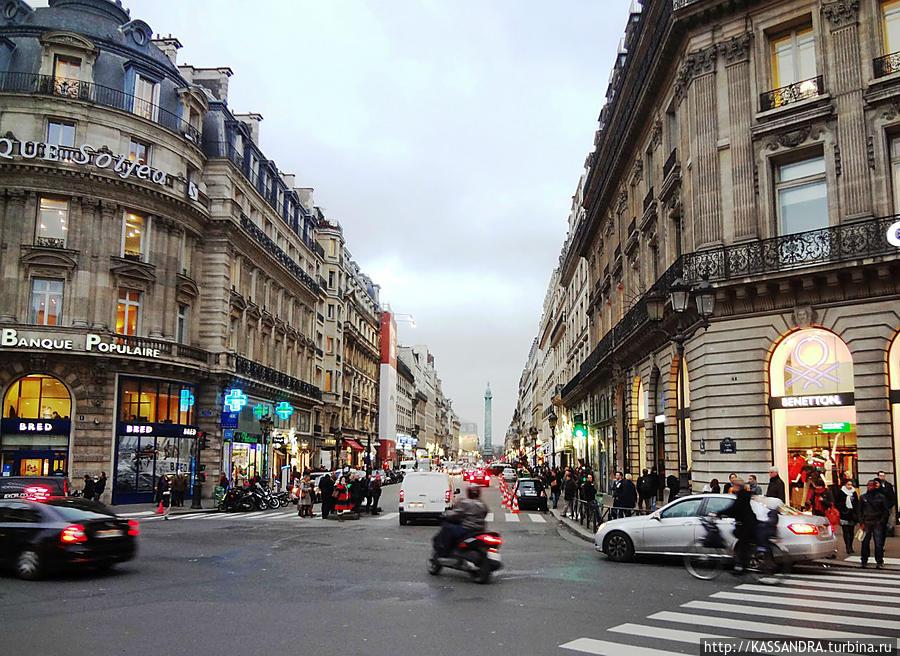 Бульвар ведет к  фешенебельному  району. Ориентир-Вандомская колонна со статуей  Наполеона в центре площади.