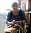 Основное производство вязаных исландских шедевров — в руках этой бабушки!