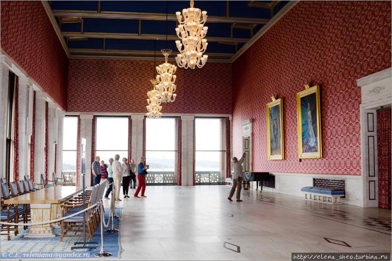 34. Банкетный зал (Bankettsalen). Передние окна смотрят на Осло-фьорд. Справа на стене висят портреты ныне правящих в Норвегии короля Харальда V и королевы Сони.