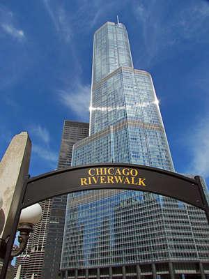 такие таблички сопровождают весь прогулочный маршрут вдоль реки Чикаго
